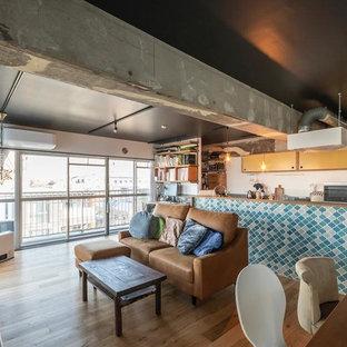 東京23区のインダストリアルスタイルのおしゃれなLDK (無垢フローリング、茶色い床、据え置き型テレビ) の写真