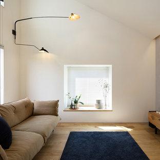 名古屋の中サイズの北欧スタイルのおしゃれなLDK (マルチカラーの壁、無垢フローリング、据え置き型テレビ、茶色い床) の写真