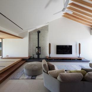 他の地域の大きいコンテンポラリースタイルのおしゃれなリビング (白い壁、壁掛け型テレビ、ベージュの床) の写真