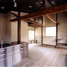 古材の梁とモダンなステンレスキッチン