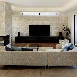 他の地域の地中海スタイルのおしゃれなリビング (ベージュの壁、濃色無垢フローリング、据え置き型テレビ、茶色い床) の写真