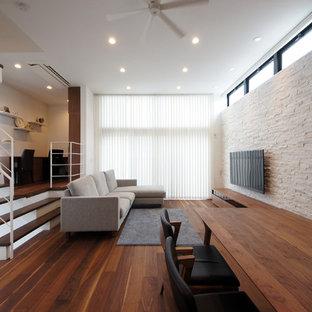 東京23区のモダンスタイルのおしゃれなLDK (白い壁、濃色無垢フローリング、壁掛け型テレビ、茶色い床) の写真
