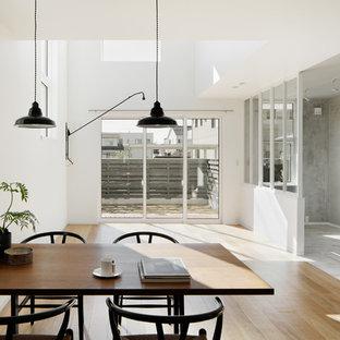 Idee per un soggiorno minimalista di medie dimensioni e aperto con pareti bianche e pavimento in compensato