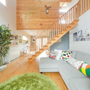 Immagine di un soggiorno scandinavo aperto con pareti bianche e parquet chiaro