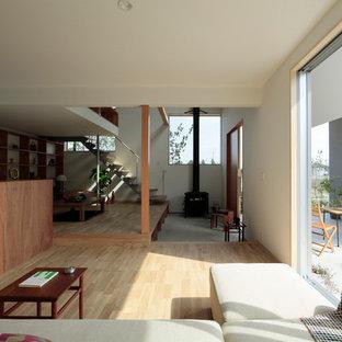 他の地域のコンテンポラリースタイルのおしゃれなLDK (白い壁、淡色無垢フローリング、ベージュの床) の写真