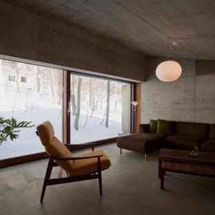 札幌のインダストリアルスタイルのおしゃれなLDK (グレーの壁、コンクリートの床、グレーの床、三角天井) の写真