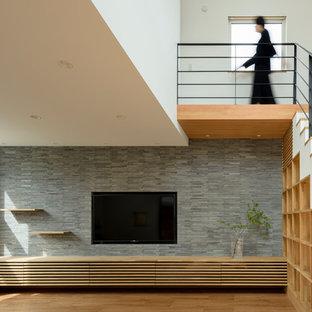 Mittelgroßes, Offenes Modernes Wohnzimmer mit weißer Wandfarbe, Sperrholzboden und beigem Boden in Sapporo