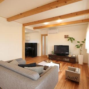 他の地域のモダンスタイルのおしゃれなLDK (白い壁、無垢フローリング、暖炉なし、据え置き型テレビ) の写真