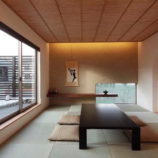 Réalisation d'un salon asiatique fermé avec un mur multicolore, un sol de tatami et un sol vert.