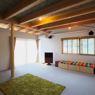 他の地域のコンテンポラリースタイルのおしゃれなリビング (白い壁、据え置き型テレビ、グレーの床) の写真