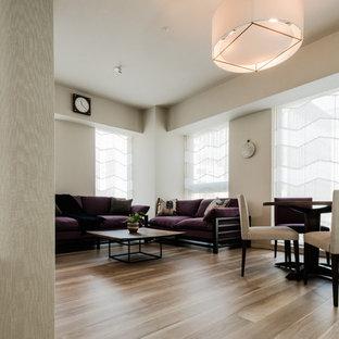 大阪の中サイズのエクレクティックスタイルのおしゃれなLDK (白い壁、合板フローリング、ベージュの床) の写真