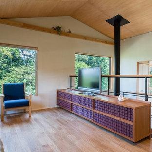 東京23区のアジアンスタイルのおしゃれなリビング (白い壁、無垢フローリング、据え置き型テレビ、茶色い床、吊り下げ式暖炉) の写真