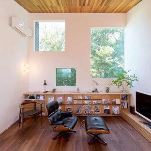 他の地域, のアジアンスタイルのリビングの写真 (白い壁、濃色無垢フローリング、据え置き型テレビ、茶色い床)