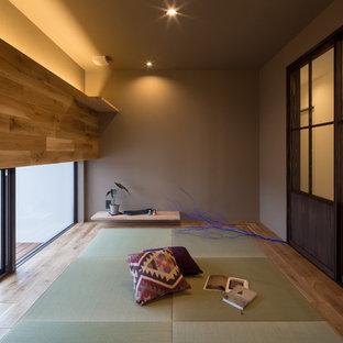 Ejemplo de salón de estilo zen con paredes marrones