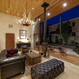 東京23区の大きいコンテンポラリースタイルのおしゃれなリビング (白い壁、トラバーチンの床、薪ストーブ、タイルの暖炉まわり、壁掛け型テレビ、ベージュの床) の写真