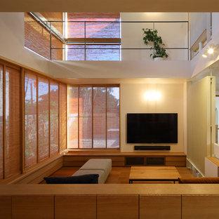 神戸のアジアンスタイルのおしゃれなリビング (白い壁、無垢フローリング、壁掛け型テレビ、茶色い床) の写真
