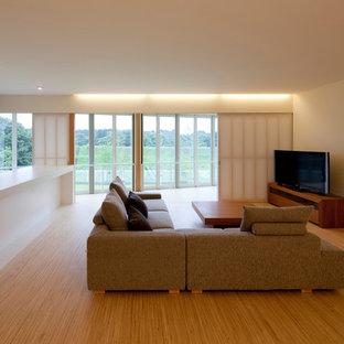 他の地域のモダンスタイルのおしゃれなLDK (据え置き型テレビ、白い壁、無垢フローリング、茶色い床) の写真