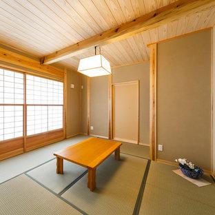 他の地域の和風のおしゃれなリビング (茶色い壁、畳、緑の床) の写真