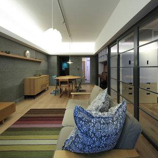 東京23区のモダンスタイルのリビング・居間の画像 (グレーの壁、淡色無垢フローリング、暖炉なし、据え置き型テレビ、茶色い床)