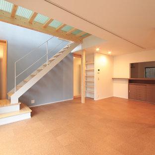 Esempio di un soggiorno etnico di medie dimensioni con pareti grigie, pavimento in sughero, nessun camino e pavimento marrone