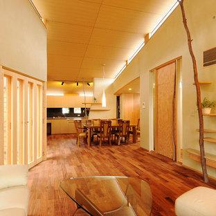 他の地域のアジアンスタイルのおしゃれなリビング (ベージュの壁、無垢フローリング、茶色い床) の写真