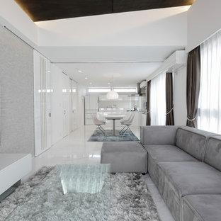 東京23区のコンテンポラリースタイルのおしゃれなLDK (白い壁、壁掛け型テレビ、白い床) の写真