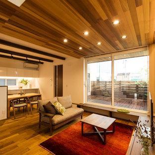 他の地域のアジアンスタイルのおしゃれなLDK (白い壁、無垢フローリング、茶色い床、据え置き型テレビ) の写真