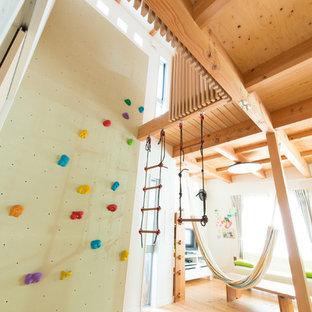 Exemple d'un salon de taille moyenne avec un mur blanc, un sol en bois brun, aucune cheminée et un téléviseur indépendant.