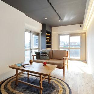 東京23区の小さいインダストリアルスタイルのおしゃれなリビング (白い壁、淡色無垢フローリング、茶色い床) の写真