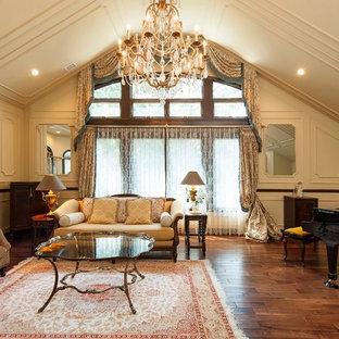 他の地域のトラディショナルスタイルのリビング・居間の画像 (ミュージックルーム、ベージュの壁、濃色無垢フローリング、独立型、茶色い床)