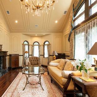 他の地域のトラディショナルスタイルのおしゃれなリビング (ベージュの壁、濃色無垢フローリング、茶色い床) の写真