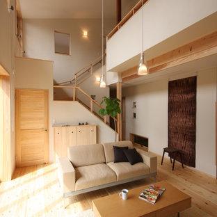 Imagen de salón asiático con paredes blancas, suelo de madera clara y suelo beige