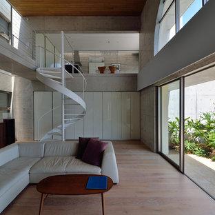 他の地域のコンテンポラリースタイルのリビング・居間の画像 (フォーマル、グレーの壁、淡色無垢フローリング、テレビなし、LDK)