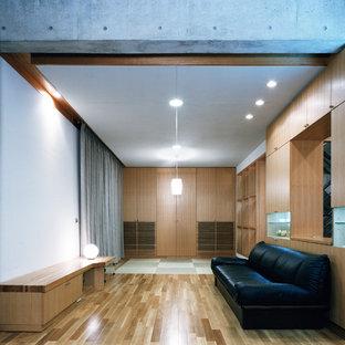 東京23区の広いモダンスタイルのおしゃれなLDK (白い壁、無垢フローリング、暖炉なし、据え置き型テレビ、茶色い床、漆喰の暖炉まわり) の写真