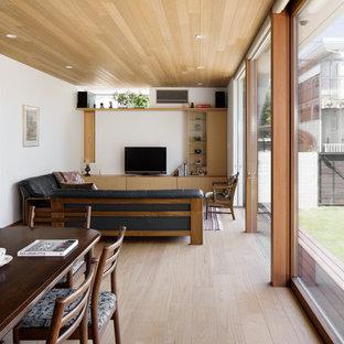 他の地域の小さい北欧スタイルのおしゃれなリビング (塗装フローリング、据え置き型テレビ、グレーの床) の写真