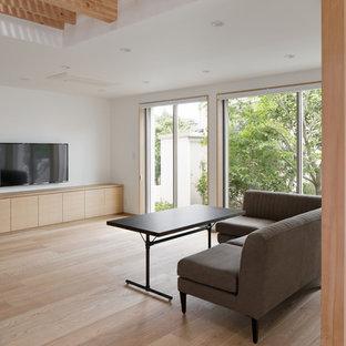 他の地域のアジアンスタイルのおしゃれなLDK (白い壁、淡色無垢フローリング、壁掛け型テレビ、ベージュの床) の写真