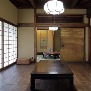 大阪の和風のおしゃれな独立型リビング (濃色無垢フローリング、茶色い壁、茶色い床) の写真