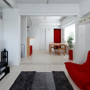 他の地域の小さいモダンスタイルのおしゃれなLDK (白い壁、塗装フローリング、据え置き型テレビ、白い床) の写真