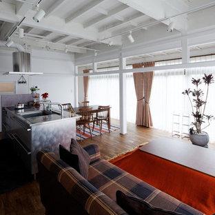 他の地域の中くらいのインダストリアルスタイルのおしゃれなLDK (白い壁、無垢フローリング、据え置き型テレビ、茶色い床) の写真