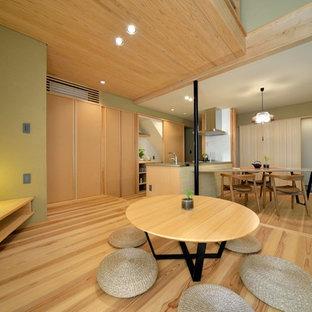 横浜のアジアンスタイルのリビング・居間の画像 (緑の壁、LDK、茶色い床、淡色無垢フローリング)