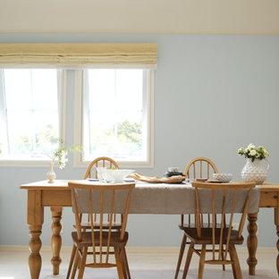 他の地域の北欧スタイルのおしゃれなLDK (青い壁、淡色無垢フローリング、据え置き型テレビ、白い床) の写真