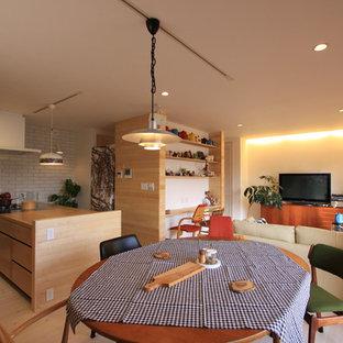 他の地域のアジアンスタイルのおしゃれなLDK (白い壁、淡色無垢フローリング、据え置き型テレビ、白い床) の写真