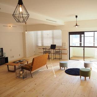 他の地域の中サイズの北欧スタイルのおしゃれなLDK (白い壁、無垢フローリング、据え置き型テレビ、ベージュの床) の写真