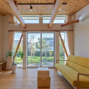 他の地域の小さいカントリー風おしゃれなLDK (白い壁、淡色無垢フローリング、暖炉なし、据え置き型テレビ、ベージュの床) の写真