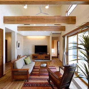 他の地域の中サイズのコンテンポラリースタイルのおしゃれなLDK (白い壁、無垢フローリング、据え置き型テレビ、茶色い床) の写真