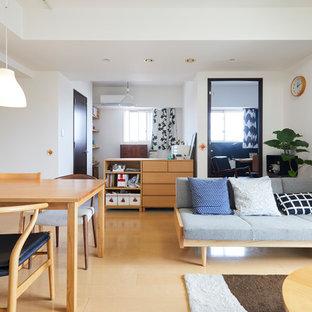 東京23区のモダンスタイルのおしゃれなリビング (白い壁、塗装フローリング、ベージュの床) の写真