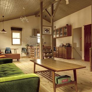 他の地域のカントリー風おしゃれなリビング (ベージュの壁、無垢フローリング、茶色い床) の写真