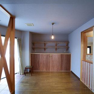 Foto di un piccolo soggiorno chiuso con pareti grigie, pavimento in compensato, nessun camino, TV autoportante e pavimento beige