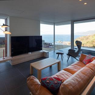 他の地域のモダンスタイルのおしゃれなLDK (フォーマル、白い壁、磁器タイルの床、据え置き型テレビ、グレーの床) の写真