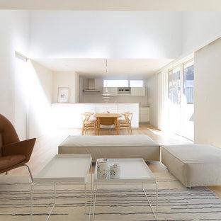 他の地域の広い北欧スタイルのおしゃれなLDK (フォーマル、白い壁、淡色無垢フローリング、ベージュの床) の写真